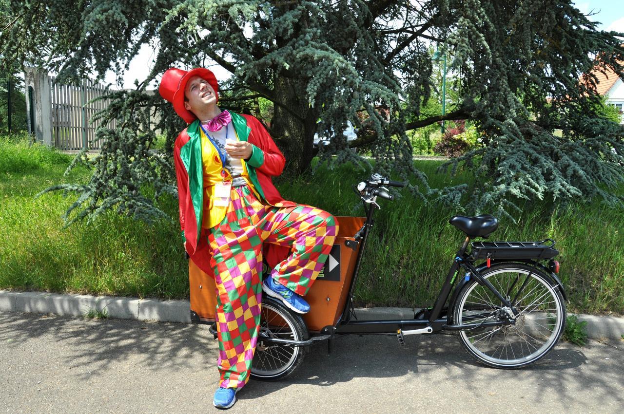 clown avec son vélo-balai